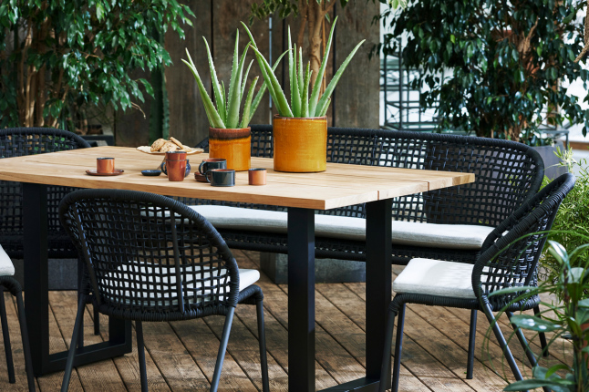 Holztisch Rough U mit Pflanzen auf Holzboden